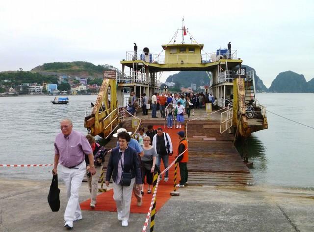 Du khách quốc tế đang tham gia tour du lịch biển độc đáo của Saigontourist.
