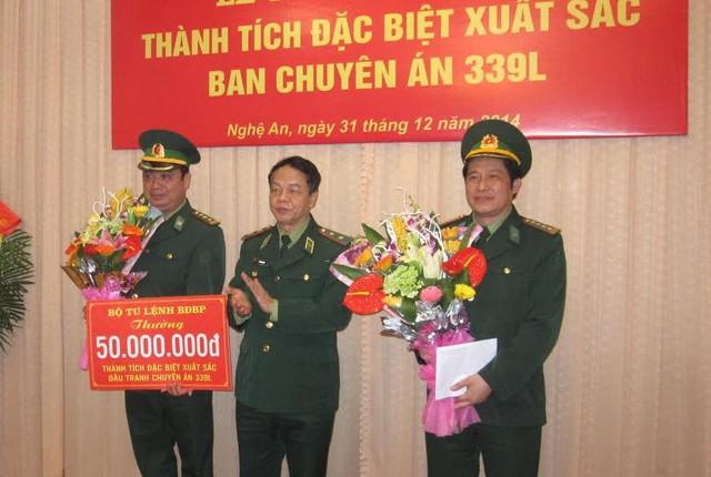 Đ/c Lê Xuân Đại - Ủy viên BTV; Phó Chủ tịch thường trực UBND tỉnh Nghệ An tặng hoa và 50 triệu đồng cho Ban chuyên án