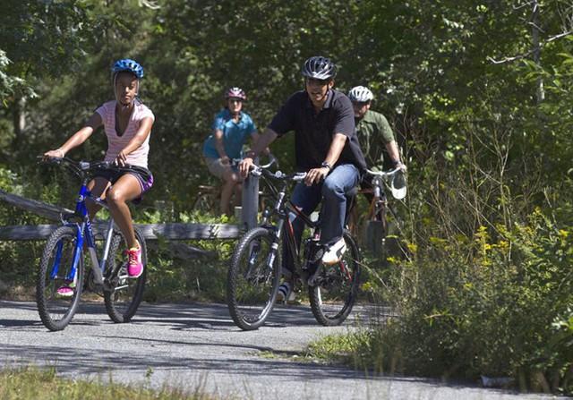 Obama đạp xe