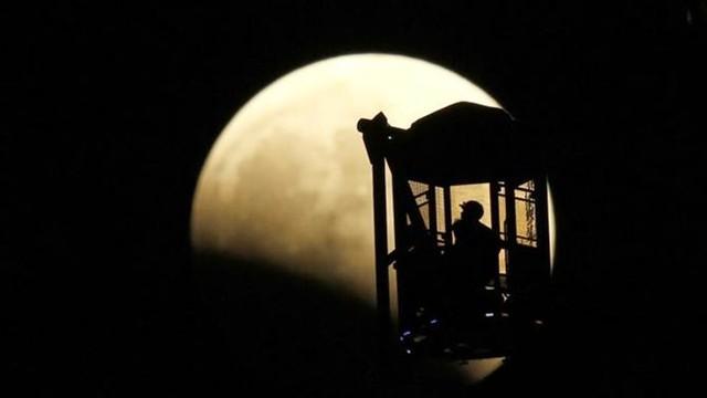 Màu của mặt trăng bắt đầu thay đổi vài phút sau đó.