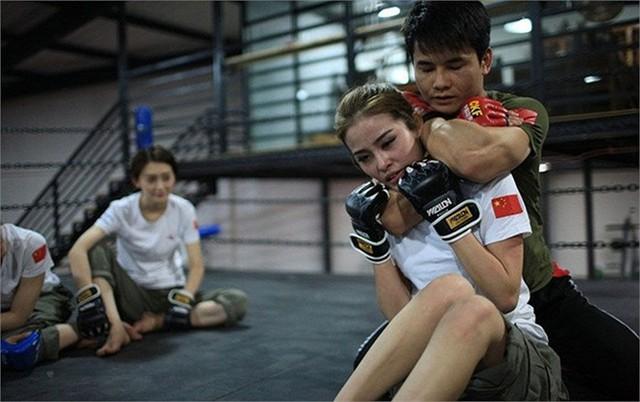 Bài tập khóa hầu được huấn luyện viên thực hành tại lớp.
