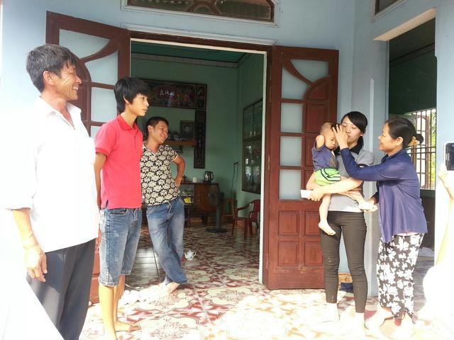 Gia đình thủy thủ trưởng Phạm Đức Thành mừng rỡ khi hay tin mọi người  trên tàu an toàn trở về.