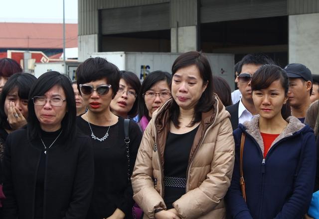 Nhiều người thân và bạn bè của các nạn nhân đến khu vực đón nhận di hài từ rất sớm. Nhiều người không cầm được nước mắt...