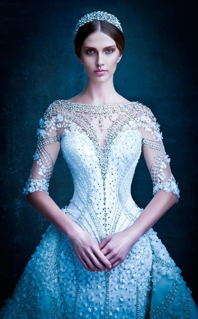 Phổ biến nhất trong xu hướng váy cưới hoa 3D vẫn là các sắc màu trắng, với các bông hoa nhỏ li ti được đính kết cầu kỳ trên ngực, thân và vạt áo.