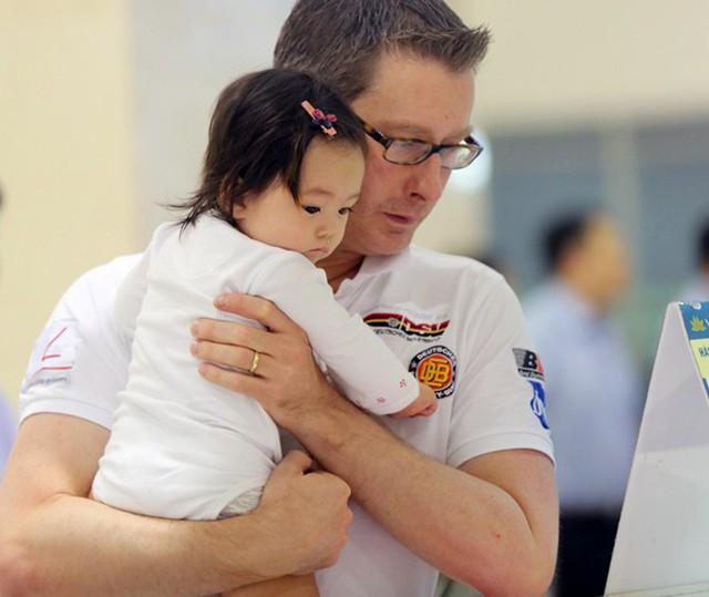 Đoan Trang và chồng Tây gặp rắc rối ở sân bay Tân Sơn Nhất