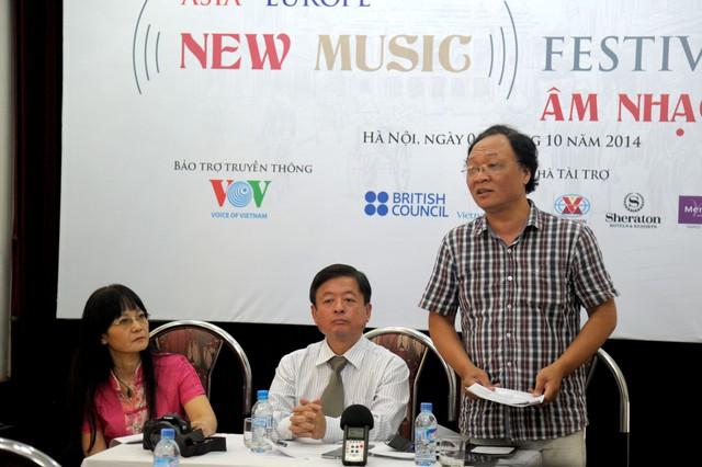 Nhạc sĩ Phạm Ngọc Khôi (bên phải) chia sẻ với báo chí những chương trình đặc biệt trong Festival
