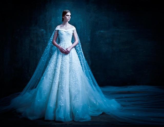 Nếu yêu thích vẻ đẹp trong vắt như sương mai, bạn nên chọn các kiểu váy cưới màu trắng được thiết kế cầu kỳ và lộng lẫy như của Micheal Cinco, nhà thiết kế tài hoa nổi tiếng Dubai từng được hàng loạt sao đình đám Britney Spears, Lady Gaga, Dita Von Teese … yêu chuộng.