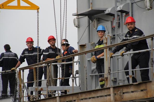 Trong lần cập cảng Tiên Sa này, người ta bất ngờ phát hiện có nhiều bóng hồng trên tàu...
