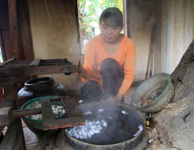 Tại đây, công đoạn nấu kén tằm, ươm tơ...được những người phụ nữ khéo tay làm theo kiểu thủ công truyền thống của người Chăm