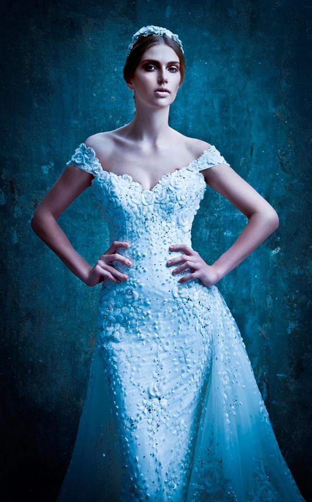Ngoài các mẫu hoa mai dập nổi, hoa hồng 3D trên váy cưới cũng rất được các quý cô yêu vẻ đẹp quyến rũ, gợi cảm ưa chuộng.