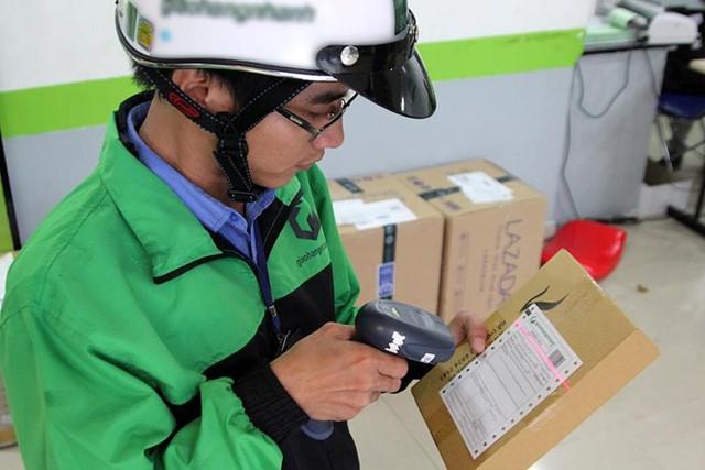Nhận lương 5-8 triệu/tháng, shipper làm việc gì trong ngày?