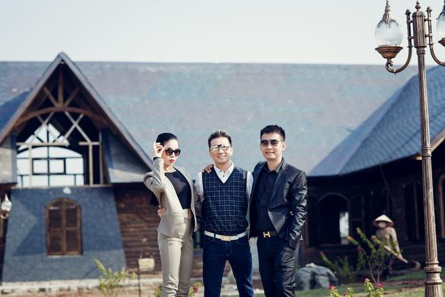Cặp đôi này chụp ảnh với nhà làm phim Đoàn Minh Tuấn, chủ của phim trường.