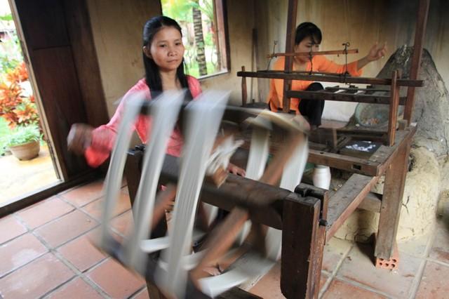 Làng lụa Hội An đã xây dựng một mô hình làng nghề trên cơ sở phục dựng gần như nguyên trạng làng nghề tơ lụa cổ-mô hình thể hiện sự giao lưu, tiếp biến văn hóa giữa văn hóa Việt với văn hóa Champa và với hoạt động trình nghề sống động của mình