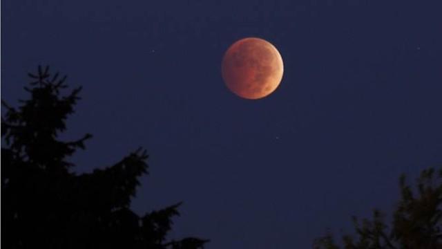 Đĩa mặt trăng đang chuyển dần từ màu cam sang màu đỏ trong bức ảnh do người yêu thiên văn chụp tại thành phố Pennsylvania