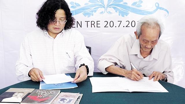 Đại diện NXB Trẻ ký tác quyền trọn đời với nhà văn Trang Thế Hy. Ảnh: TL