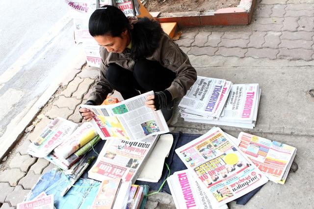 Người phụ nữ này luôn phải có mặt từ 4 rưỡi ở phố Đinh Lễ để nhận báo về bán.
