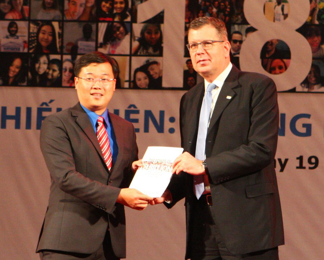 Ông Arthur Erken trao bản Báo cáo Tình trạng Dân số Thế giới 2014 cho ông Lê Quốc Phong