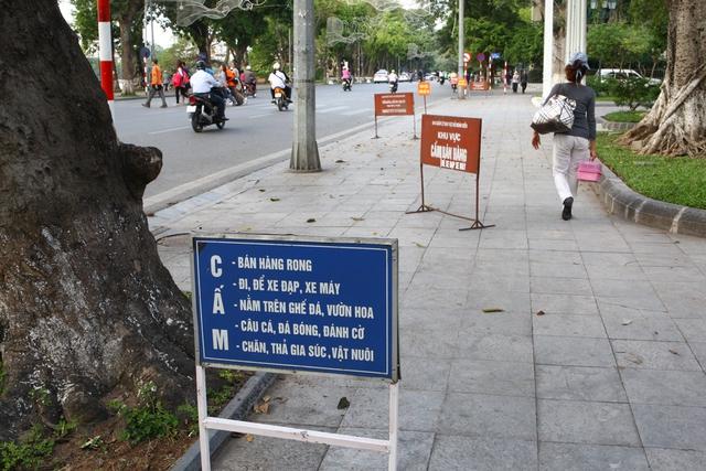 Có đến 6 biển báo cấm các loại nằm la liệt ngay trước Vườn hoa Lý Thái Tổ.