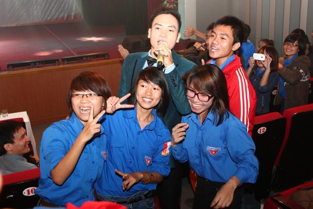 Sự xuất hiện của ca sĩ Duy Khoa nhận được sự cổ vũ nhiệt tình của đông đảo các bạn trẻ trong khán phòng Nhà hát Âu Cơ
