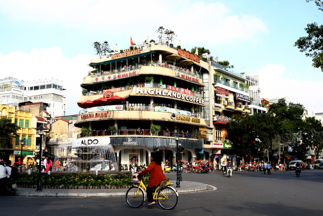 Hàm Cá mập đâm ra quảng trường Đông Kinh Nghĩa Thục lòe loẹtsắc màu củabiển hiệu vàthập cẩm các ngôn ngữ khác nhau.