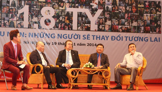 Ông Hồ Chí Hùng - Phó Tổng cục trưởng Tổng cục DS-KHHGĐ (bìa phải)chia sẻ những hoạt động của ngành Dân số trong việc tận dụng lợi thế cơ cấu dân số vàng, góp phần thúc đẩy sự phát triển KT-XH của đất nước
