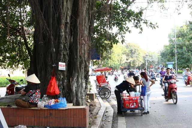 Bán hàng rong trên phố Đinh Tiên Hoàng.