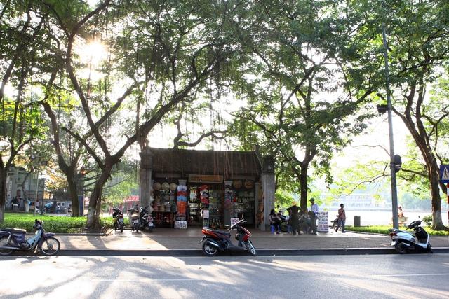 Cảnh lộn xộn thường thấy phía trước đền Ngọc Sơn.