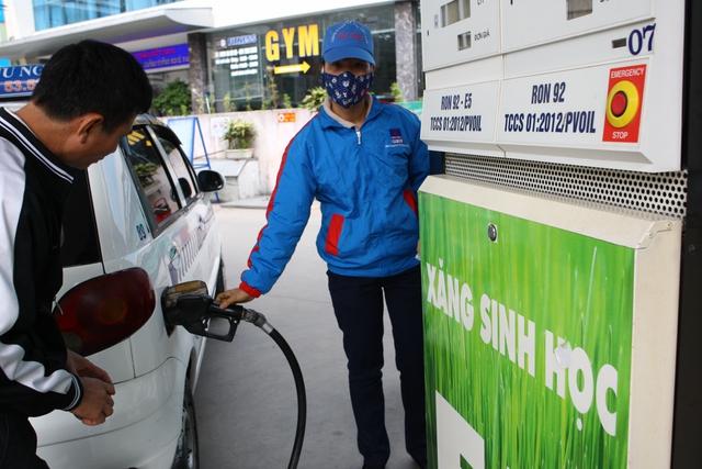 Một tài xế taxi cho biết đã dùng thử loại xăng sinh học này nhưng bị hao nhiên liệu hơn so với loại xăng thường.
