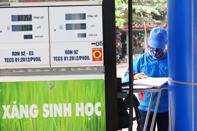 Theo một nhân viên tại cửa hàng xăng dầu 194 phố Thái Thịnh cho biết, lượng E5 bán ra chỉ bằng một nửa so với RON 92.