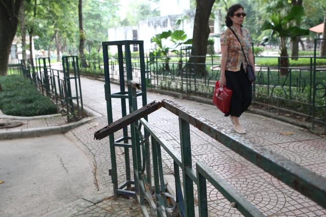 Hàng rào của khu vực vui chơi có tênLàng An toàn