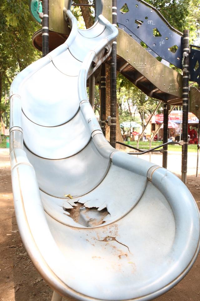 Máng trượt bị nứt vỡ nhưng vẫn không được sửa chữa.