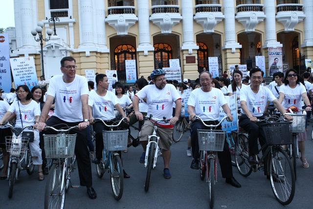 Lãnh đạo Tổng cục DS-KHHGĐ (Bộ Y tế), đại diện Quỹ Dân số Liên Hợp Quốc tại Việt Nam đạp xe diễu hành hưởng ứng Chương trình Chung tay giải quyết mất cân bằng giới tính khi sinh chiều 21/10. Ảnh: Chí Cường