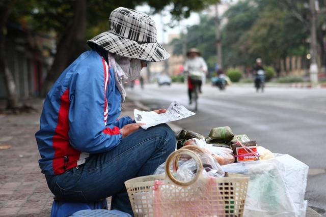 Chị Nguyễn Thị Thu sống tại Bình Đà, ngày nào cũng đạp xe hơn 20 km ra Hà Đông từ 5 rưỡi sáng bán đồ ăn cho người chạy chợ.