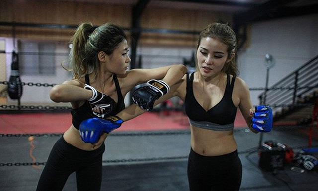 Hai nữ học viên luyện tập với nhau.