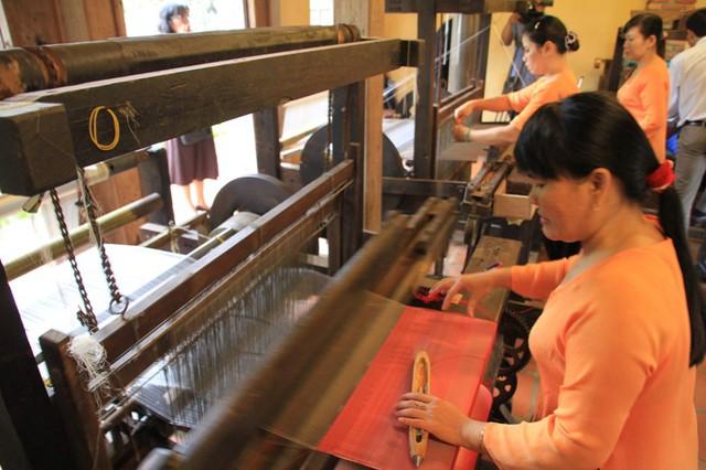 Nơi đây các khung cửi cổ xưa vẫn đang dệt ra những mét lụa nuột nà bởi sợi tơ nõn hảo hạng