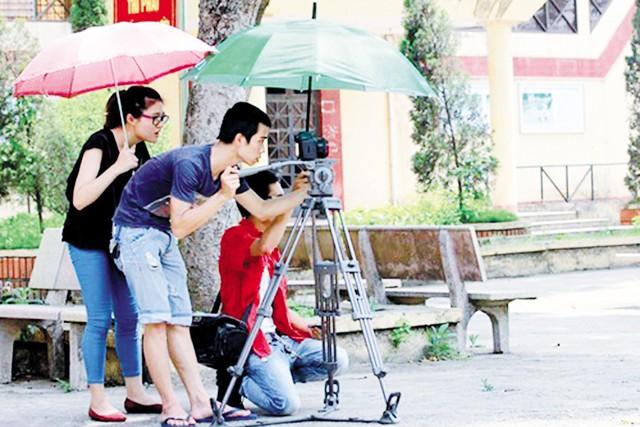 Cảnh các nhà làm phim trẻ đang tác nghiệp. Ảnh: TL