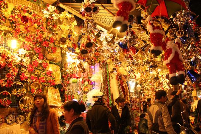 Phố Hàng Mã ngập tràn sắc đỏ, ánh kim, xanh, người người tấp nập sắm đồ trang trí cho Noel sắp tới.