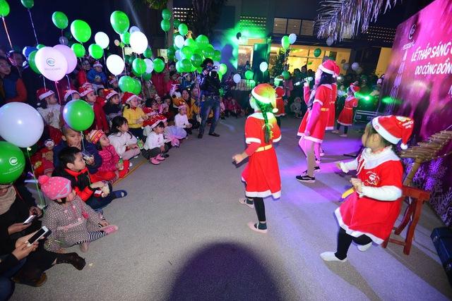 Cácem thiếu nhi khu đô thị biểu diễn trong Lễ thắp sáng cây thông Noel