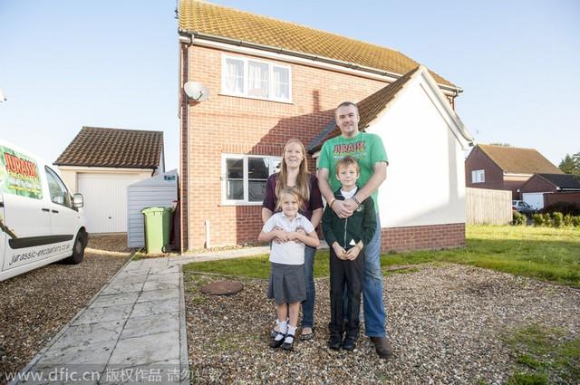 Ngôi nhà của họ khá tách biệt so với các nhà xung quanh khu vựcWeeting, Norfolk.