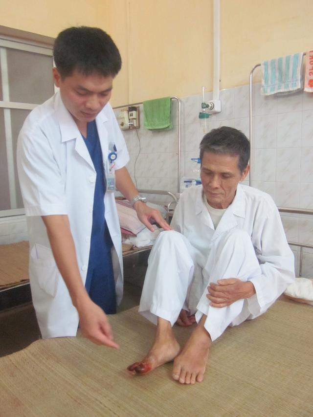 TS Lương Công Thức đang khám cho bệnh nhân mắc bệnh động mạch ngoại biên tại Khoa Tim mạch (Bệnh viện 103). Ảnh: P.T