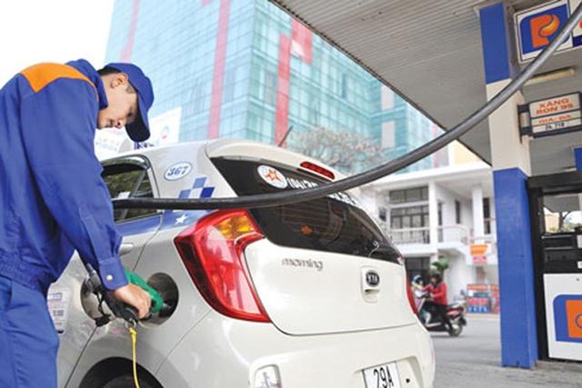 """Trong khi giá xăng dầu liên tiếp giảm, cước vận tải vẫn """"án binh bất động"""". Ảnh:H.P"""