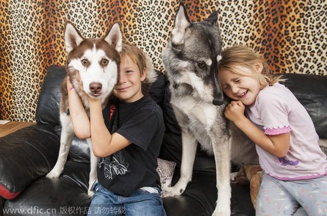 Hai con của họ -Chloe, 6 tuổivà Josh, 8 tuổi