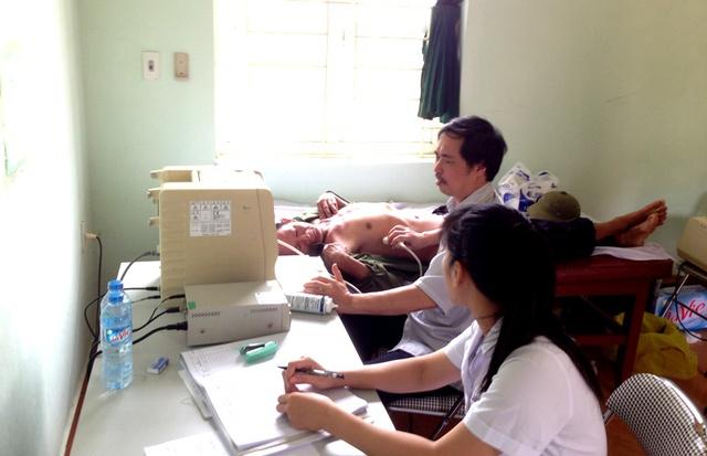 Bs Phạm Văn Tân-PGĐ Bệnh viện Đa khoa tỉnh trực tiếp khám, siêu âm cho bệnh nhân