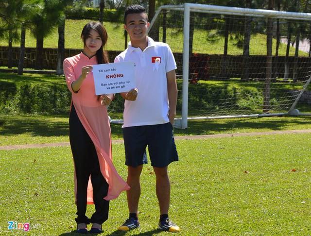 Hình ảnh cầu thủ đội tuyển U19 Việt Nam chụp hình trong chiến dịch truyền thông phòng chống bạo hành phụ nữ và trẻ em gái (Nguồnảnh: Zing)