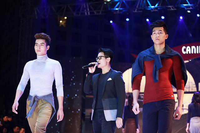 Ca sĩ Hà Anh Tuấn biểu diễn cùng các người mẫu