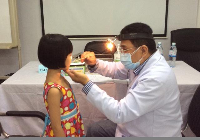 Các bác sĩ Hoàn Mỹ đang khám bệnh cho trẻ em khiếm thị Tây Ninh. Ảnh Đ.H
