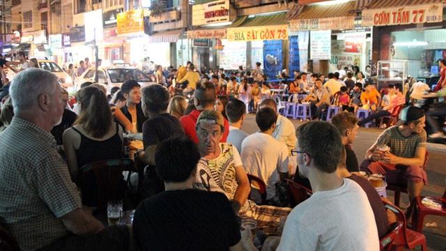 Một góc phố Tây tại Sài Gòn về đêm (ảnh có tính chất minh hoạ)