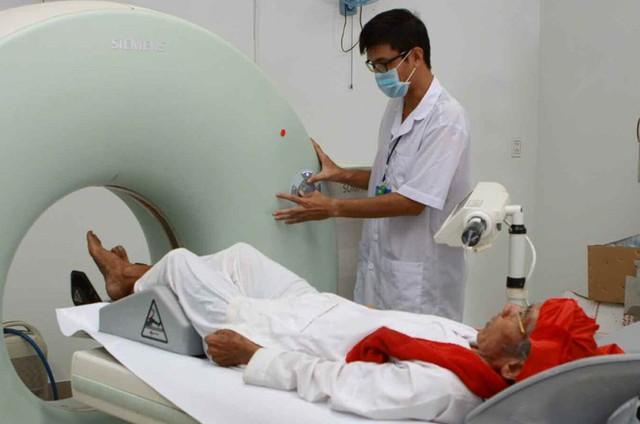 Khám chữa bệnh chất lượng cao cho người dân tại tỉnh Ninh Thuận (Ảnh: Xuân Thủy - TTXVN)