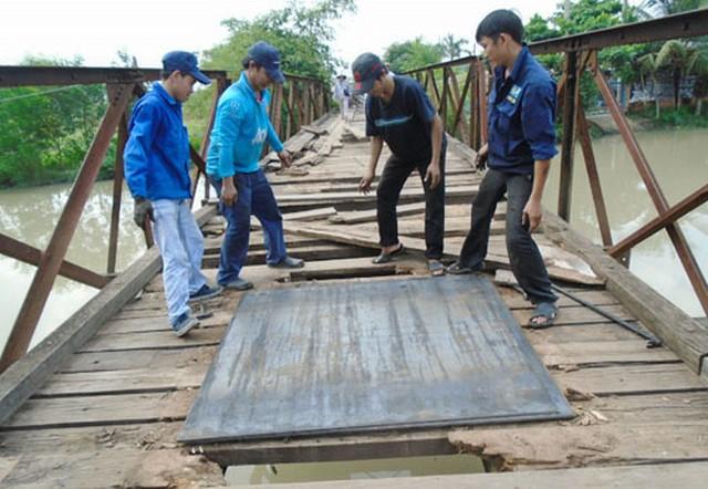 Cầu Bà cô đang được chữa tạm giúp người đi đường trong khi chờ chiếc cầu mới trị giá 60 tỷ đồng.