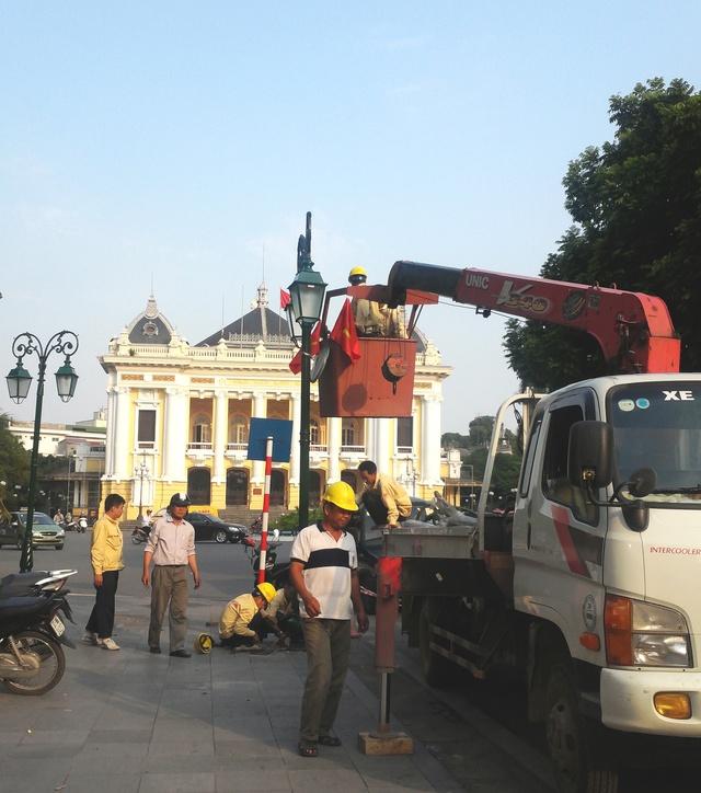 Thay cột đèn cũ tại Quảng trường Cách mạng Tháng Tám.